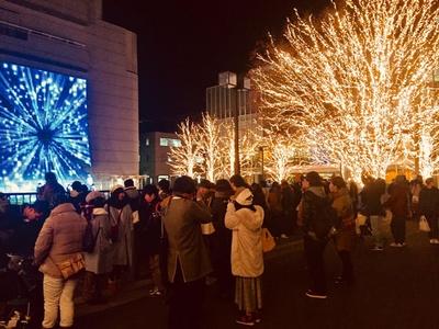 芝生広場で実施される「大学生アカペラコンサート」は、LEDスクエアビジョンや芝生のLEDボールが大学生の歌声に合わせて移り変わる幻想的なステージ