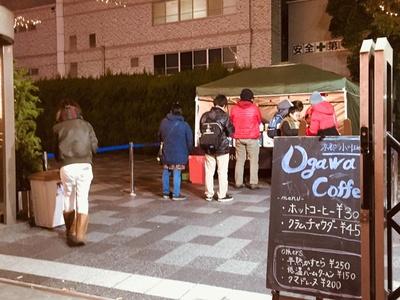 土日祝限定の小川珈琲の出店。ブレンドコーヒー¥300のほか、低温バーククーヘン¥150や半熟かすてら¥250などの焼き菓子を販売
