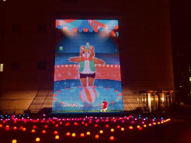 LEDスクエアビジョンは高さ13.5m×横9mのビッグサイズ。「魔法深いロミーとクマのクー」は、約5分のショーなので子供も飽きずに楽しめる