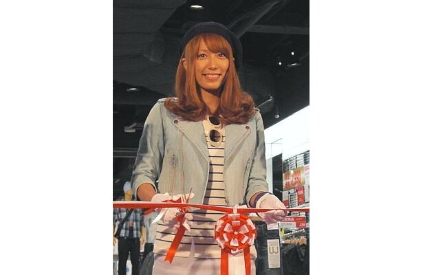 「ユニクロ渋谷道玄坂店」のオープニングセレモニーに参加したタレントの里田まいさん。写真はテープカットの様子