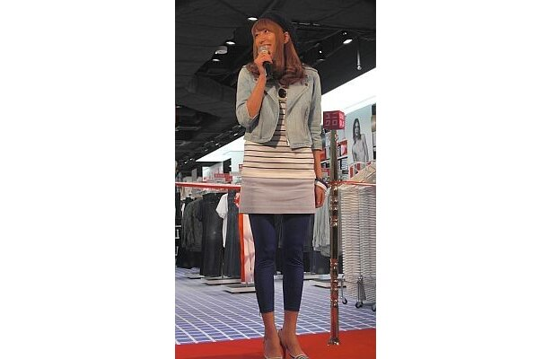 【写真】「スカート+レギンスは渋谷スタイル」と言う里田さんのファッション