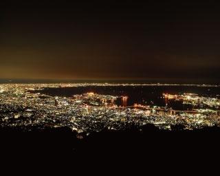西側展望台から見た夜景。六甲アイランドなど神戸のベイエリアから、WTCや関西国際空港など大阪のベイエリアのランドマークまでが見える/摩耶山 掬星台