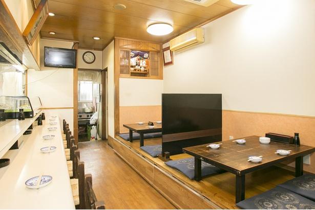 1階カウンターと座敷、2階には座敷がある。連日多くの客でにぎわう