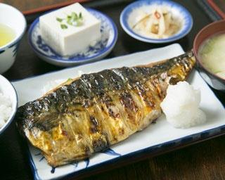 「鯖の一枚焼き定食」(900円)。身はしっかりと、皮は軽く炙る程度に焼くのがこだわり