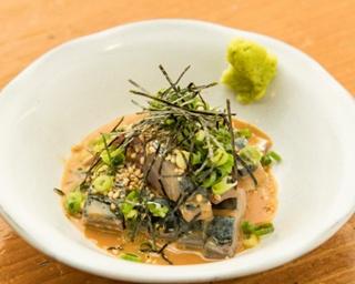 「ゴマサバ」(590円)。サバは臭みがなく甘くて濃厚なタレとよく絡んで美味