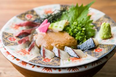 「博多 ごまさば」(980円)。醤油ベースのタレは炒りゴマが風味がいい
