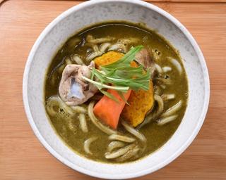 スープカレーをイメージして具材を大きくしたという、人気メニューの「ゴロゴロ野菜と骨付き鶏肉グリーンカレーうどん」