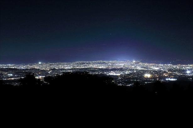 【写真を見る】博多湾や福岡市内を一望。きらびやかな街灯りが一面に広がる