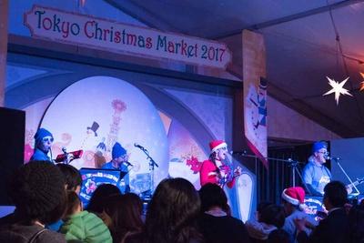 クリスマスにぴったりの演奏やパフォーマンスが楽しめるステージ