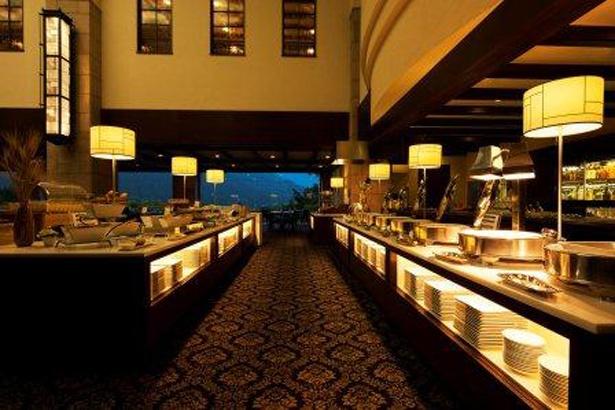 ディナーブッフェを楽しめるレストラン「グリル」。名物のローストビーフを堪能しよう