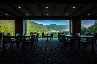 レストラン「グリル」の床から天井まである窓ガラスには、箱根外輪山の雄大な山並みが一面に映し出される