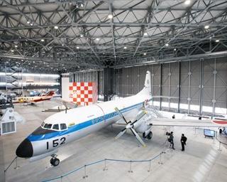 今にも飛び立ちそうな実機が並ぶ1Fフロア/あいち航空ミュージアム