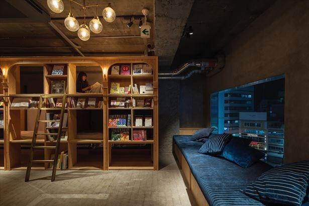 【写真を見る】本に囲まれた空間が印象的な池袋本店の内観。