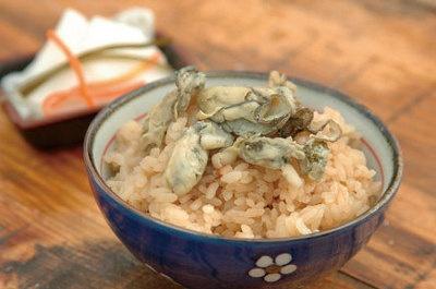 カキ小屋の一つ「長栄丸」で味わえるカキご飯(¥150)