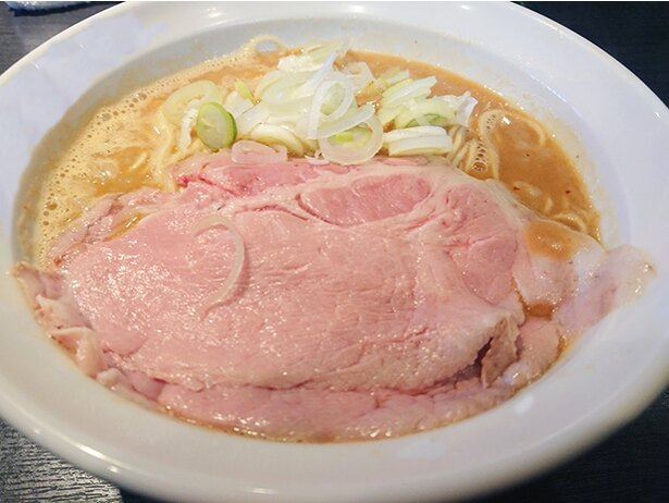 「シビ味噌蕎麦」(900円)。濃厚なマグロと味噌が存分に味わえる