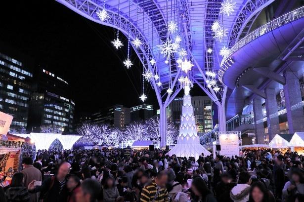 【写真を見る】クリスマスの訪れを告げる光の祭典