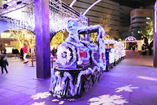 毎年好評のイルミネーション列車!利用は1回300円。公園内をぐるっと周遊