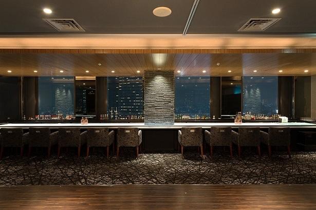 【写真を見る】和をコンセプトにした、モダンで落ち着いた空間のレストランには、写真のダイニング側とバー側、2つのエリアがある
