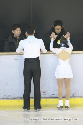 演技前、大石コーチとハイタッチ。大石チームではお約束のルーティンだ