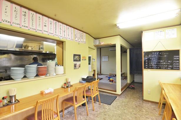 奥には座敷があるが、席数は多くない。昼時はラーメンとご飯もののセットメニューなどを注文する客が多い