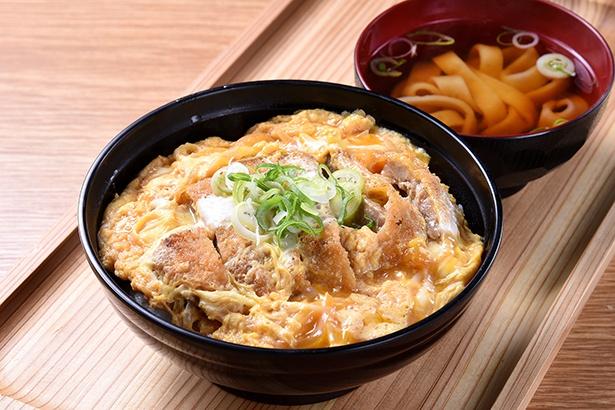「生うろん 八幡」の丼メニューにおいて、人気NO.1のカツ丼。セットで付くスープは、うどんと同じダシ汁を使用する