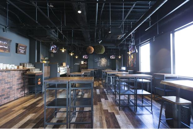 店内は西海岸にスタンディングバーをイメージ。立ち飲みがメインだが、イスを備えるテーブル席もある