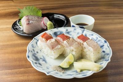 日替りの「お刺身」は529円~、日替りの「棒寿司」は1貫313円