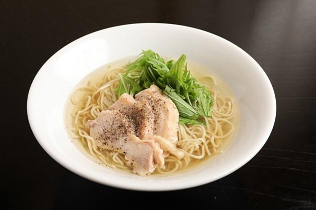 鶏塩麺 (980円)は、丸鶏と豚骨を長時間煮込み丁寧に仕上げた絶品スープが秀逸