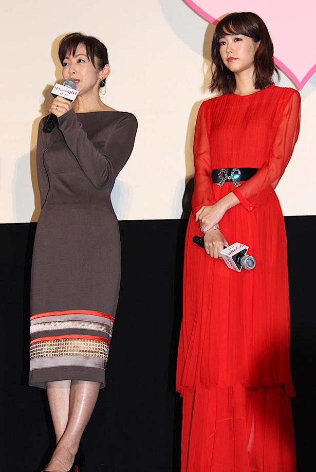 【写真を見る】桐谷美玲、透け感&フワリ素材の真っ赤なロングドレス姿で登場