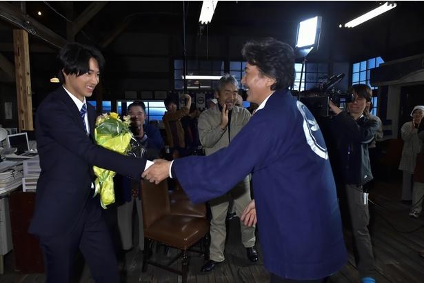 山崎賢人、クランクアップで役所広司とがっちり握手