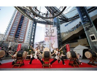 和太鼓演奏や獅子舞などのパフォーマンスのほか、こどもから大人まで楽しめる昔遊びのイベントも開催
