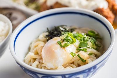 米谷さんこだわりの自家製麺をシンプルな味で楽しめる「釜玉うどん(冷)」(350円)。卓上の醤油に加え、好みでブラックペッパーをかけていただく