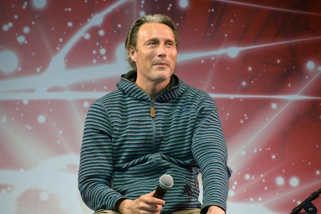 リラックスした印象で、ステージに登壇したマッツ・ミケルセン