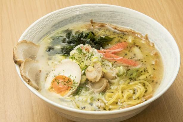 塩スープとバジルの風味が見事に調和した「塩バジルラーメン」(900円)も人気