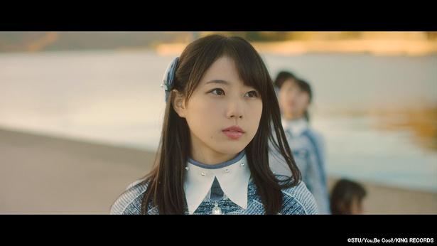 STU48 1stシングル「暗闇」MVより。センターは瀧野由美子が務める