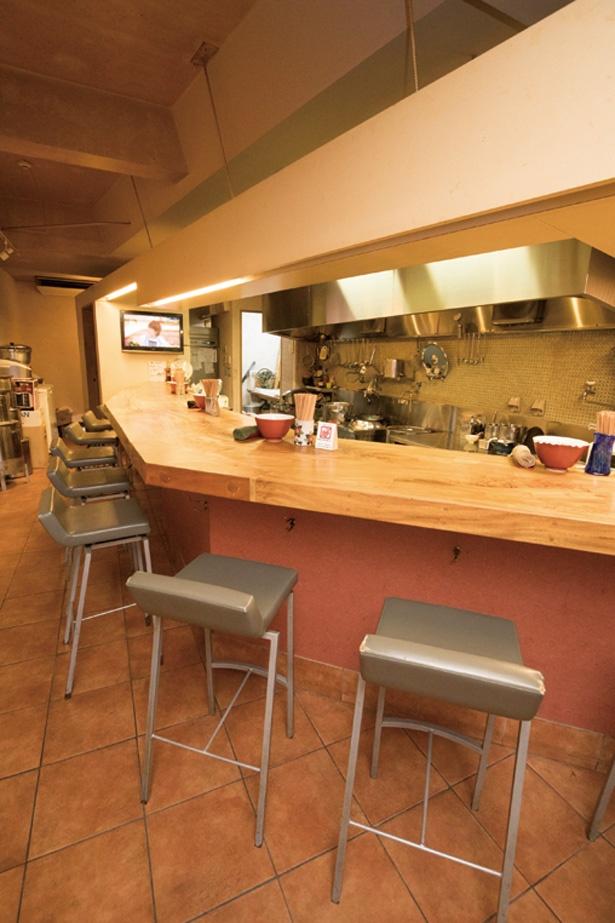 すがすがしい印象のカウンター。厨房の奥には製麺室がある