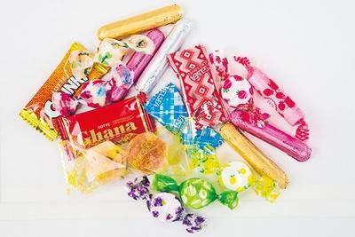 ツリーの装飾!お菓子は大量に!