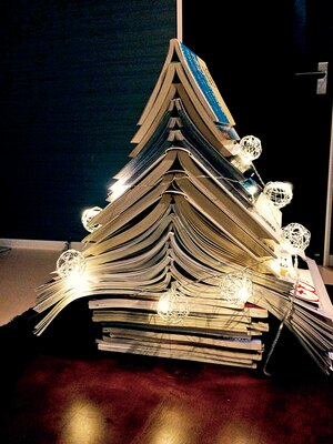 家にある雑誌など、本を使ったBOOKツリーだって簡単に作れます!