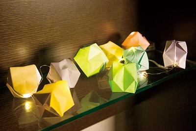 折り紙の「風船」にLEDライトを通すだけで、オシャレなインテリアに