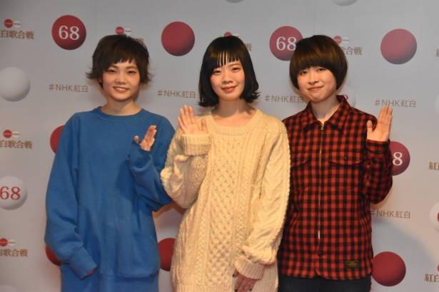 【写真を見る】SHISHAMOが紅白のステージを高校生たちと盛り上げる