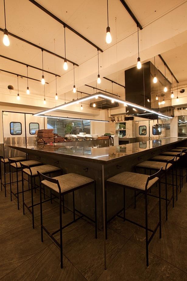 店内は料理を撮影したい人のため1000ルクスの明るさに調整