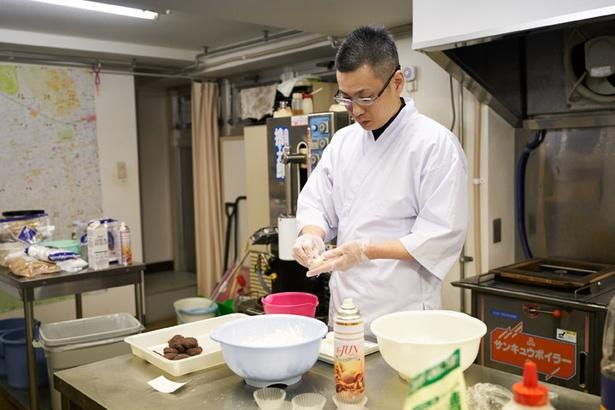 鮮やかな手つきで大福を作る店主の中谷尚泰さん