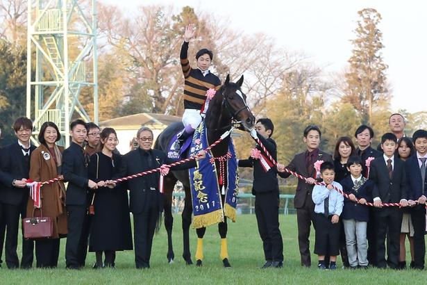 【写真を見る】今年の競馬界を象徴する1枚!口取り(記念)撮影の様子にはジーンとくる