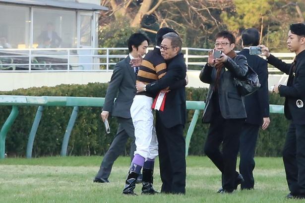 レース後、抱き合って喜びを分かち合う北島三郎と武豊騎手