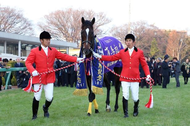 重賞競走などに優勝した競走馬の首に掛けられる首飾り「優勝レイ」を纏うキタサンブラック