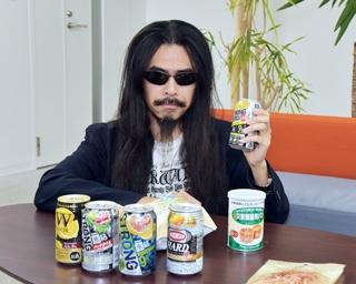 さっそくストロング系の飲料を買いそろえ、おひとり飲みを楽しんでみる記者・ソムタム田井