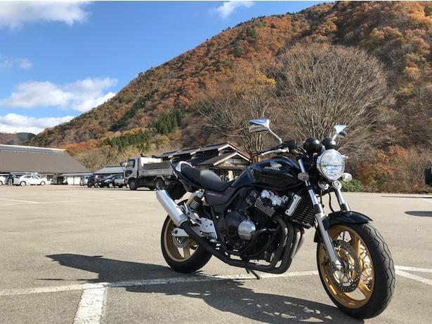 【写真を見る】愛車のホンダCB400です。背景に写っている山もすごくキレイ!