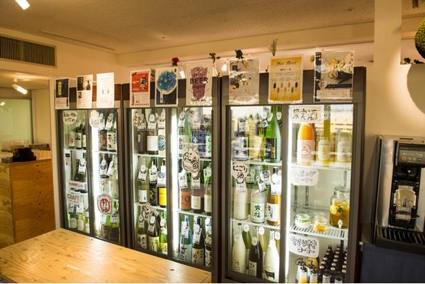 「KURAND SAKE MARKET」の冷蔵庫にはさまざまな日本酒がズラリ