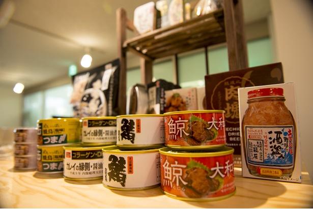 つまみ用の缶詰やナッツなどは店内で購入できる