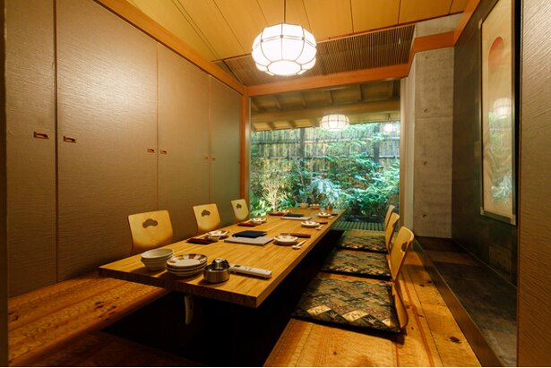 プライベートな空間を重視した個室がメイン。カウンター席もある